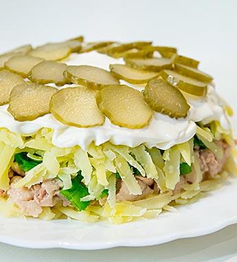 Салат с печенью трески и солеными огурчиками